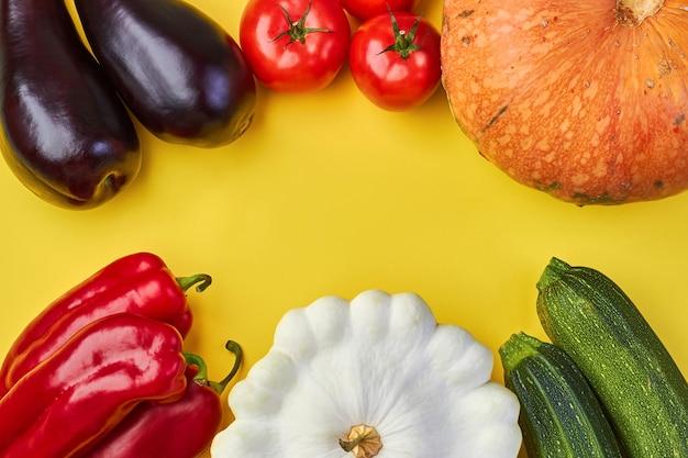 黄色の背景に新鮮な有機野菜。世界ビーガンデー
