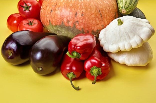 黄色の背景に新鮮な有機野菜。世界ベジタリアンデー