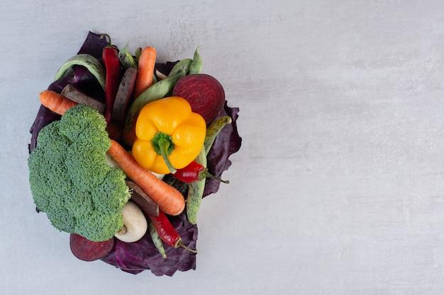 石のテーブルに新鮮な有機野菜。高品質の写真