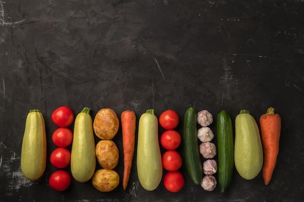 フラットレイアウトデザインで黒の背景に新鮮な有機野菜
