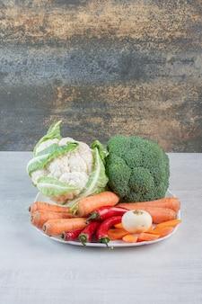 白い皿に新鮮な有機野菜。高品質の写真
