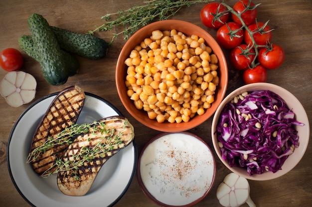 木製の素朴な背景トップビューで新鮮な有機野菜。