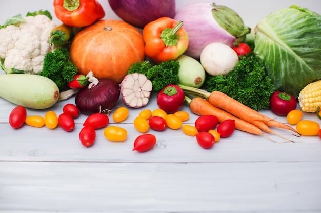 복사 공간 나무에 신선한 유기농 야채입니다. 건강한 음식.
