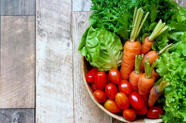 中国の白キャベツにんじん赤と緑のレタストマトなどの新鮮な有機野菜