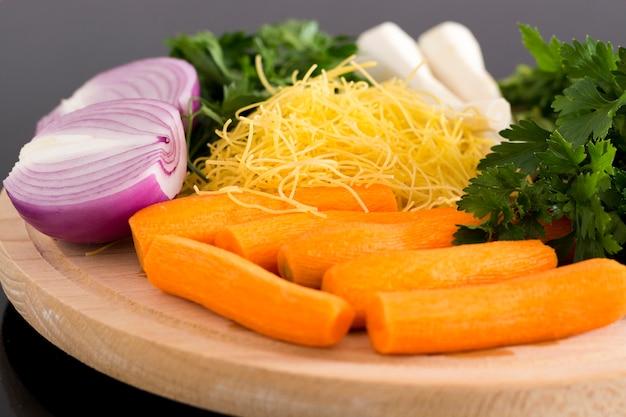 Свежие органические овощи деревянный фон здоровая пища