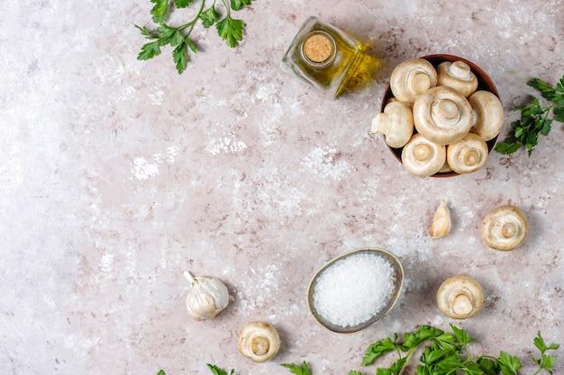 Свежие органические белые грибы шампиньоны, вид сверху