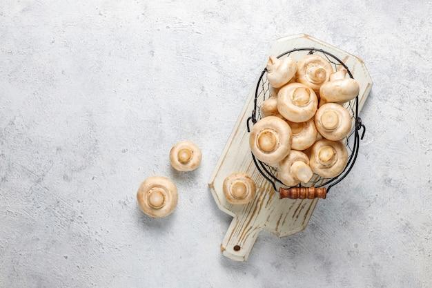 新鮮な有機白キノコシャンピニオン、トップビュー