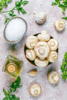 Шампиньоны из свежих органических белых грибов