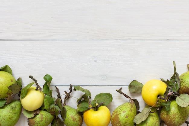 신선한 유기농 노란 사과와 자연 흰색 나무 배경에 잎 녹색 배