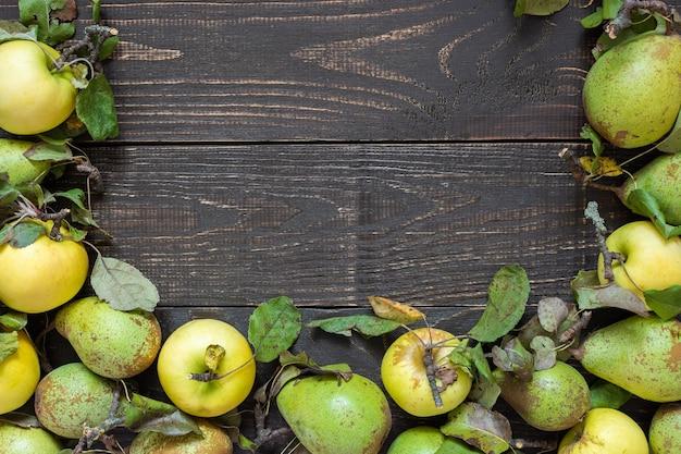 신선한 유기농 노란 사과 나무 배경에 잎 녹색 배