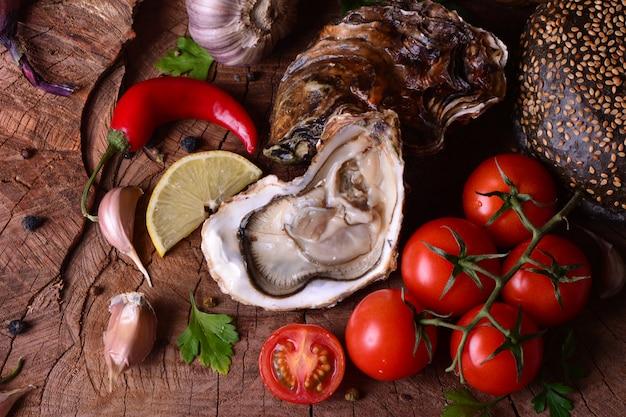 Свежая устрица и овощи