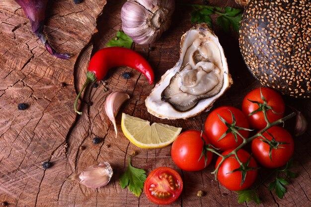 Свежие устрицы и овощи