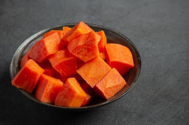 Свежую папайю нарезать кусочками, выложить на серебряную тарелку.