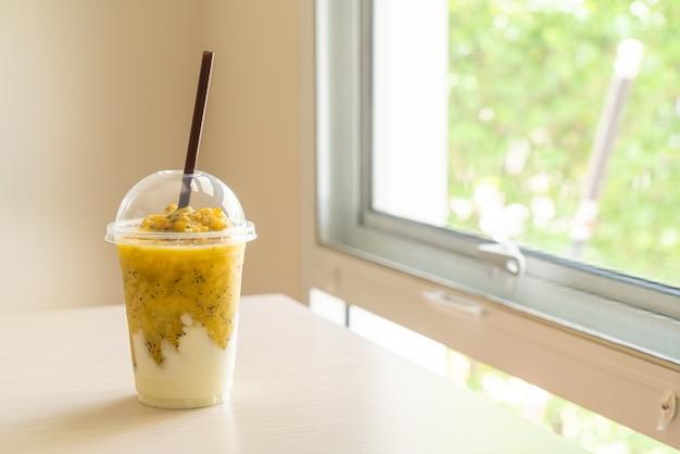 Свежие смузи из маракуйи с йогуртом в стакане