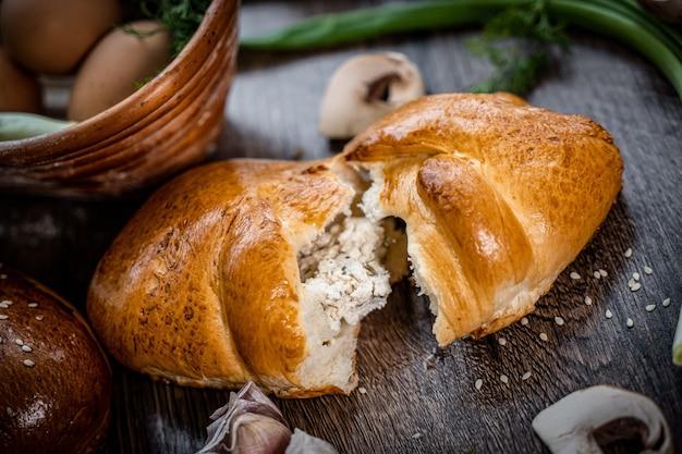 어두운 배경에 신선한 파이 빵
