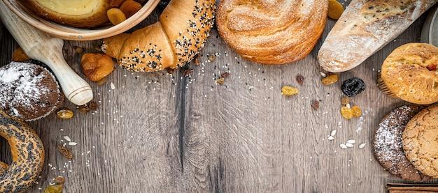 신선한 파이 빵 고리 버들 바구니 소박한 스타일 빵집 밀