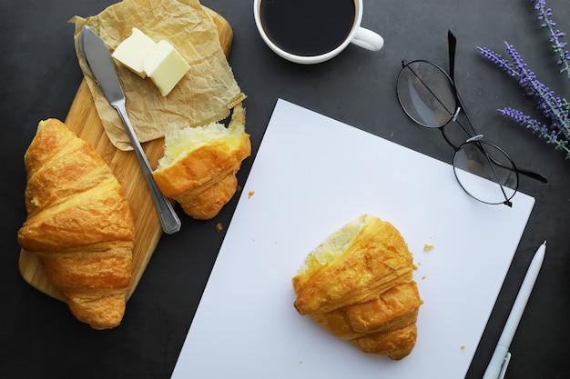 テーブルの上の焼きたてのペストリー。朝食にフレンチフレーバーのクロワッサン。