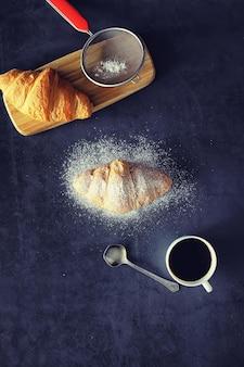 테이블에 신선한 파이입니다. 아침식사로 프랑스식 크루아상.