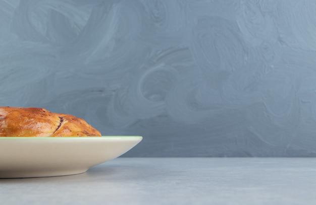 Gogal di pasticceria fresca sul piatto verde.