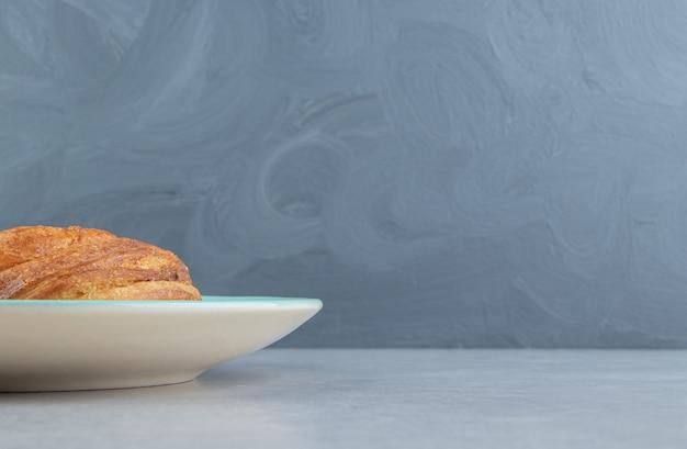 青いプレートに焼きたてのペストリーゴーガル。