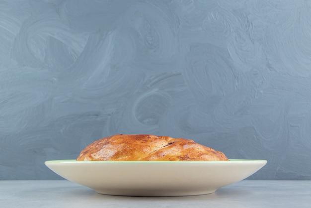 녹색 접시에 신선한 과자 고갈입니다.