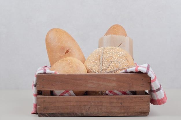 Свежее тесто хлеба на деревянной корзине со скатертью. фото высокого качества