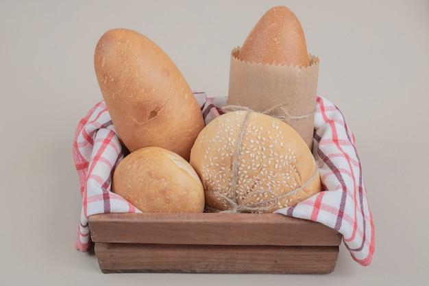식탁보와 나무 바구니에 빵의 신선한 생 과자