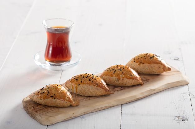 トルコのお茶と白の焼きたてのペストリー