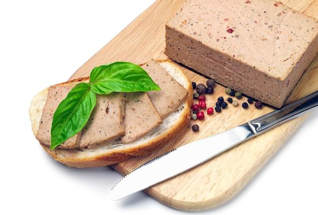 Свежий паштет на хлебе на разделочной доске
