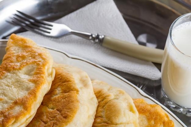 木製のテーブルの上の新鮮なパテ