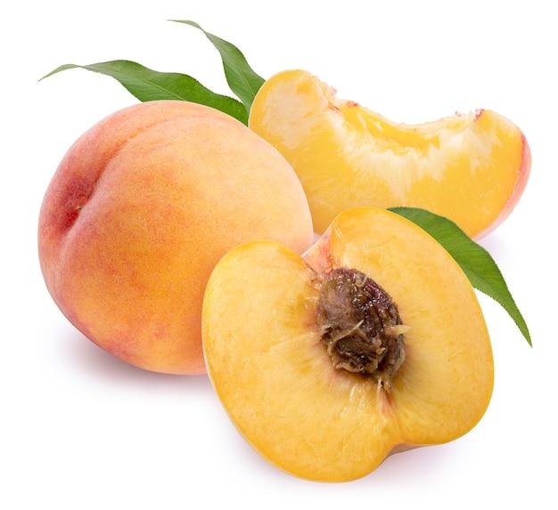 클리핑 패스와 함께 흰색 바탕에 잎 신선한 복숭아 과일.