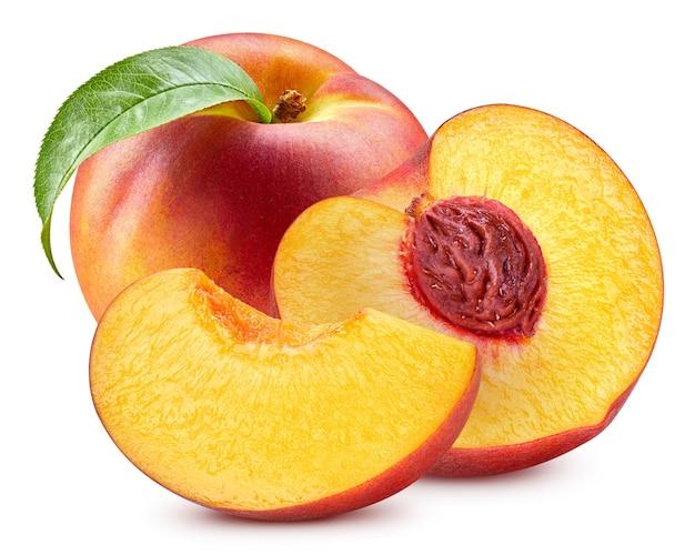 Свежий персик с листьями, изолированными на белом с обтравочным контуром