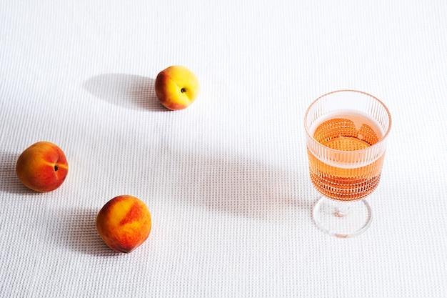 신선한 복숭아 과일과 과일 차가운 레모네이드 여름 음료 개념의 유리