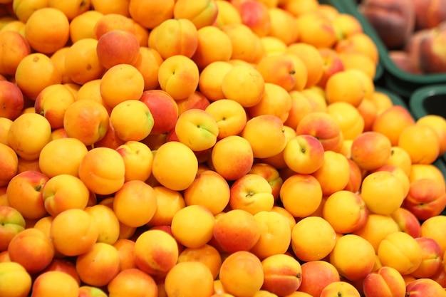 Свежие персики в супермаркете