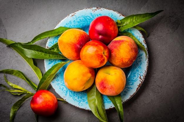 青い皿に新鮮な桃
