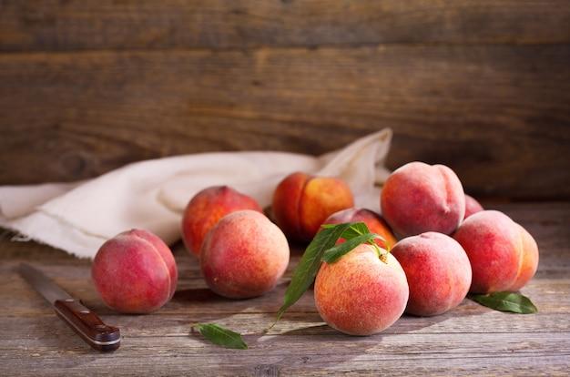 Свежие персики на деревянном столе