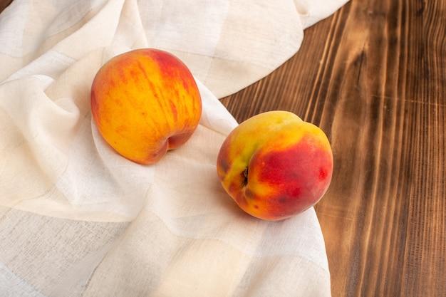 木の新鮮な桃