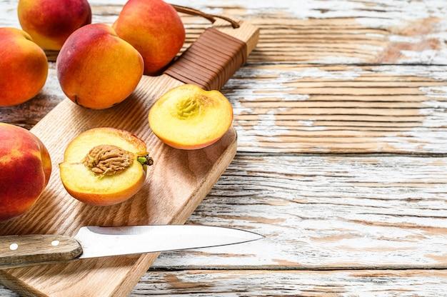 新鮮な桃、まな板の上の有機フルーツ