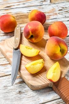 新鮮な桃、まな板の上の有機フルーツ。