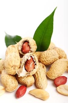 Свежий арахис на белом