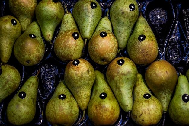 スーパーマーケットで販売する新鮮な梨