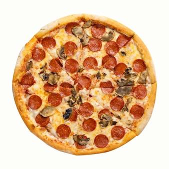 フレッシュペパロニピザ。白い背景に分離されたサラミとキノコのピザ。