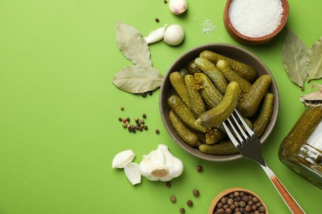 緑の背景で調理するための新鮮な漬物と食材