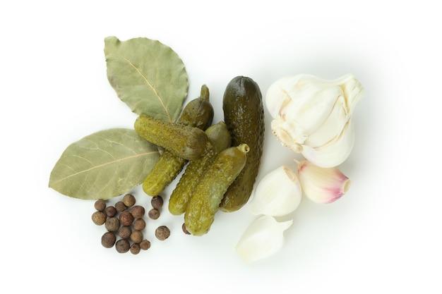 白い背景で隔離の新鮮な漬物と食材