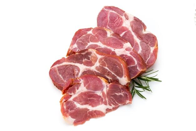 Ставка из свежего мяса свиньи, изолированные на белом фоне.
