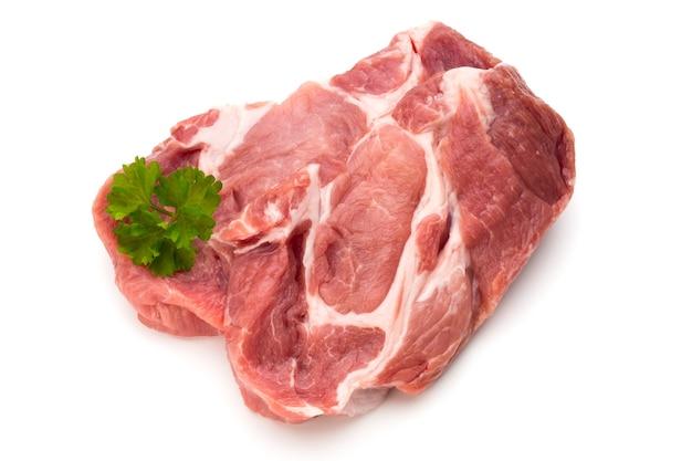 Кусочки свежей свинины свиньи, изолированные на белом фоне.