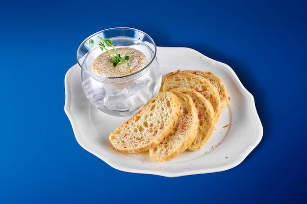 新鮮なパイクキャビアまたは卵をグラスブローで氷の上で提供。高級料理。ヘルシーなシーフード。