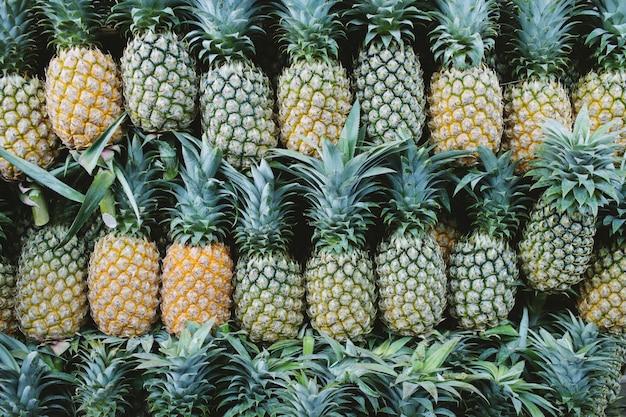 市場で販売されている新鮮なパイナップル。