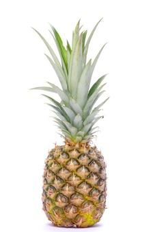 Свежий ананас, изолированные на белом фоне