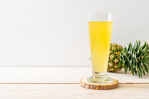 木の新鮮なパイナップルジュース